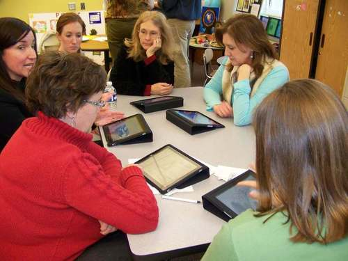 GEF_Tech_Monthly_Session--Learning_to_use_the_iPad._medium.jpg (500x375)px